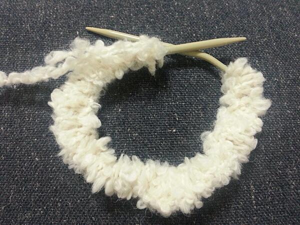 編み終わっても、棒針で編んだ場合は、筒状に左右を接ぐ(縫い)必要が有ります。