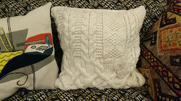 毛糸で作るインテリア 1枚四角く編むだけで出来る 模様編みのクッションカバー
